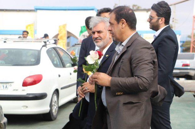 استقبال از مسافران دریایی در بندرلنگه با اهدای گل