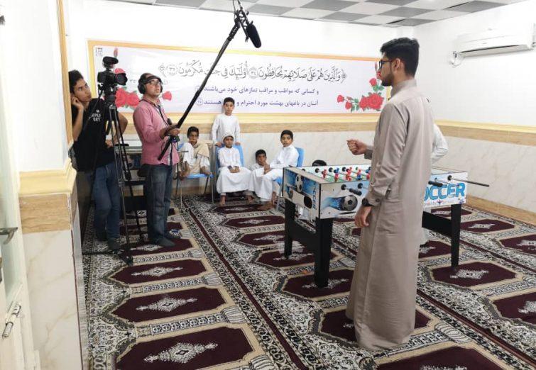 تصاویر پشت صحنه مستند در یک نگاه از بندرکنگ که فعالیت های ۱۰ساله موسسه قرآنی فرهنگی منهج الحیات را به تصویر کشیده است